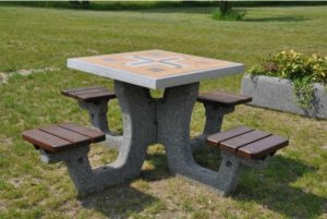 betonowy stół do gry w warcaby